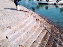 雁木(がんぎ)。潮の干満に関らず船着けできる石階段である。 雁が飛ぶさまに似ていることから「雁木」と呼ばれている。