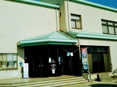 丘の頂上に建つ福山市鞆の浦歴史民俗資料館。