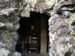 弁天窟  弁天窟は弘法大師が参籠した洞窟として知られています。  狭い洞窟の中にたくさんの神様が祀られています。 中でも洞窟内の壁面彫刻は、出世弁財天として信仰をあつめているそうです。