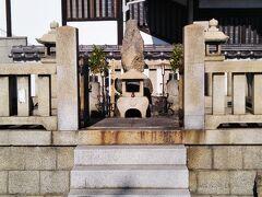 鞆城跡の丘を北西方向へ下りぶらぶら歩いて行く。  山中鹿介首塚が建っている。