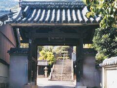 少し先に今日の鞆の浦訪問の最大の目的地、小松寺がある。  1175(安元元)年に平清盛の長男・重盛が静観寺(当時、天台宗)の境内に一宇のお堂を建立し、小松を植えてその古刹の支院とした。 それが小松寺の興りである。以降、この寺は歴史の舞台にたびたび登場する。