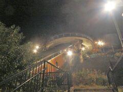 先の方に見えるグラバースカイロードにのって上にあがろう。 斜行式エレベーターはグラバー園にいく観光客と 6時00分~23時30分の運行ということは住民も多く使っているのだろうね。 無料でつかえてうれしいね。 江ノ島エスカーは有料だもんね。 斜行の後は垂直で上がる。