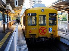 旅の二日目は、高松築港駅から始める。 7時45発の電車に乗り、二つ先の瓦町駅へと向かう。 まずは屋島に向かうのだが、屋島へと向かう電車は、瓦町駅から出ているのだ。 電車は、高松城跡の堀に沿って走り始めた。
