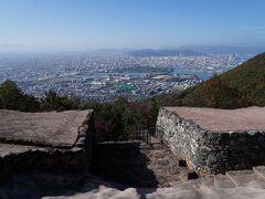 屋島に城があるとは知らなかったが、訪れてみると城門跡があると言う。 足を延ばしてみると、想像より立派な石組の跡が現れた。 屋島城は、天智天皇6年(667)に築かれた古代山城で、城門跡は、平成28年(2016)に復元されたものだそうだ。