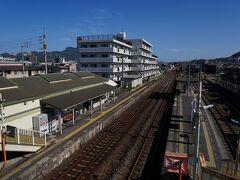 バス停へ戻り、11時5分発のバスに乗り、屋島を後にする。 20分足らずで着いたJR屋島駅で下車。 そこから、11時30分発の高松行普通列車で高松駅へと向かう。 車内は混み合い、座ることはできなかった。