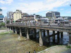 京阪電車に乗って、三条大橋に来ました。