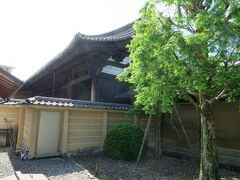 これが有名な太閤塀。豊臣秀吉の財力を示します。