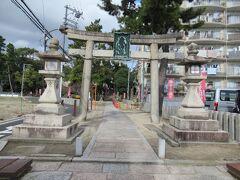 11月23日(祝日月曜日)の連休3日目。天気は晴れ 今日も愛車のママチャリ(名前はない)で出発。今日は奥さんも電動アシスト付きで同行。やって来たのは3日とも西方面。服部緑地公園からもほど近い江坂神社。 我が家からだと緑地公園へ行く通りから反対側にあるのでこれまで行った事がなくて初参拝。
