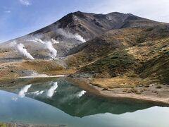 姿見ノ池に、逆さ旭岳がくっきりと映っている。