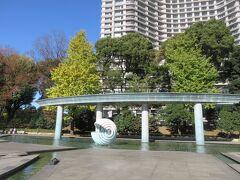和田倉噴水公園にある球体の噴水です。 噴水の後ろに見えているのはパレスホテルです。