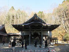 10分程車で走り戸隠神社中社へやって来ました。戸隠の中心部に鎮座し、戸隠神社の中心的な役割を担っているのだとか。 この日は、結婚式が執り行われていました。