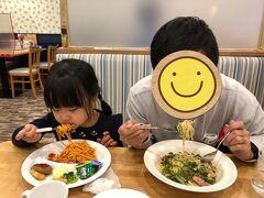 少し休んでから、娘のつよーいリクエストでパスタを食べに行きました。  夕方だったのですが、とーっても寒く、、 近さ重視でこちらへ。 千葉のファミレス?なのかな? とりあえず娘が満足したようで良かったです。