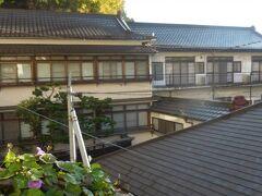 こちらは木村屋旅館。特に特徴のない建物なので、