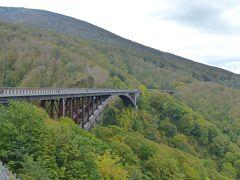 気を取り直して日本最大級の規模という上路式アーチ橋「城ヶ倉大橋」へ。  こちらの紅葉はまだまだ。