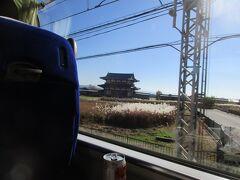 大和西大寺で奈良線に入ると、ほどなくして平城宮跡に復元された朱雀門が見えてきました。