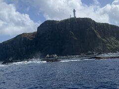 西崎灯台が見えたのでもう少しで港に到着です。展望台に居た方たちが上のデッキに上がってきてサメが見えたよと教えてくれたけどサメの話より船酔いが酷い。久部良港に着いたら島から日本の最西端と西崎灯台を目指します。