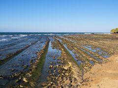 島の西側にも鬼の洗濯岩が広がっています。