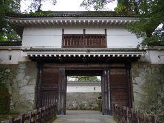 飫肥城大手門。昭和53年(1978年)に復元されたものですが、風格があります。