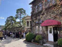 コロナ禍で入場規制され、事前予約制とはいえ、大原美術館は並んでいます。