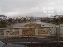 着付けが終了して、近くのバス停から清水寺に向かいます。 七条大橋を通過しました。