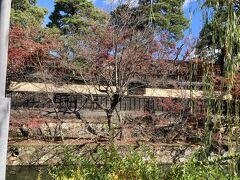 入って倉敷物語館についで大原本邸の壁と倉敷川。