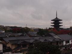 高台寺前の階段を登って、振り返って撮りました。 風情がありますよね。