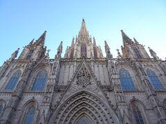 サンタ・エウラリア大聖堂でした。 建設がはじまったのが1298年、完成までおよそ150年かかったそうです。 非常に歴史のあるカトリック教会です。  立派なゴシック様式建築。 さっきから見上げることが多くて、首が痛くなってきます。