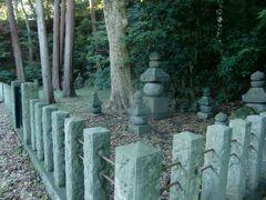 本堂左手の別の個所に、顕時公と貞顕公の御陵がある。 時代がかわり墓石の様式が異なるようである。