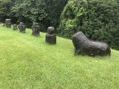 岩戸山古墳は全長170mと九州北部では最大規模の古墳で、人物、動物、道具などを石で実物大に形作った石人石馬が100点以上出土しているそうです。少し小さめのレプリカが並んでいました。  ここでも岩戸山歴史文化交流館(資料館)は休館でした。タイミングが悪いですね、残念。