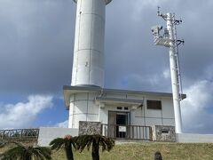 西崎灯台に到着。日本最西端の碑の隣が日本最西端の西崎灯台。中は見ることができなくて残念。