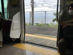 東海道本線で湯河原へ 海が見える無人駅の根府川で13:55です。