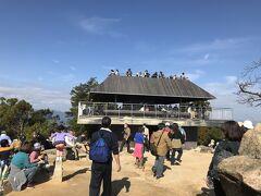 弥山展望休憩所。  山頂なのに蜜状態に、、、人が多すぎる。