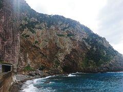 特浜の断崖  断崖の高さは170mだそう 下から見上げると圧巻です