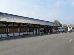 次の日の午前中は京都国立博物館。 予約時間まで時間があったので、三十三間堂を見学することにしました。 切符売り場がこれですから…空いてます。