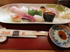 両津港に着いてバスに乗って新穂で降ります。  降りてすぐのところにある長三郎鮨で昼食を食べます。 佐渡地魚9貫と半らーめんを頼んで3700円。 地域共通クーポンも使えます。