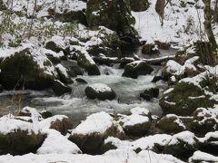 奥入瀬渓流・・・滝と渓流楽しめる景勝地  ちょうど雪がほんのり積もる、雪景色の中の渓流は銀世界に包まれる前の冬の訪れ感じさせてくれます  豊かな水量と大小さまざまな滝、本格的な冬に入る前の厳かな雰囲気が心地いいです