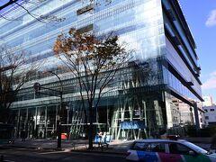 「せんだいメディアテーク」 設計伊東豊雄氏で非常に高い評価を受けている建物。 6枚のプレートと、13本のチューブと呼ばれる鉄骨独立シャフトのみの単純な構造によって、地下2階、地上7階が構成されていますと説明されても、ワシにはわからん。