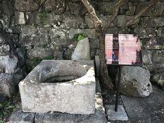 北条政子産湯産湯の井戸。 井戸は北条政子が産湯を使ったと伝わる井戸で、一帯は北条氏一族の宅邸があったとされる場所で、伝堀越御所跡のそばにある。安産祈願で訪れる人が多いようだ。