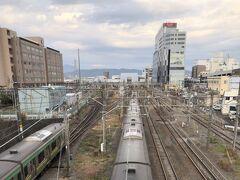 写真右奥にそびえる建物が「ミナカ小田原」  先行オープンした小田原駅東口図書館の様子はコチラ https://4travel.jp/travelogue/11659043
