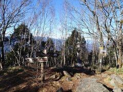 八紘嶺に登頂!ここも南アルプス方面の眺望は良くありません。