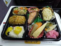 バスで静岡駅に戻り、特急ワイドビューふじかわで甲府へ。列車が2時間に1本しかなく、静岡でゆっくり食事をする時間がなかったので、地域共通クーポンを使って弁当を購入しました。