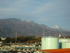 手早く朝食を済ませて、JRで竜王駅へ。駅舎から甲斐駒ヶ岳と鳳凰山が見えました。