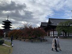 紅葉の時期の京都は混み合うそうなので、朝7時前に自宅を出発。渋滞もなく9時前には東寺の駐車場へ。すんなり入れました。ここの駐車場は2時間600円。   拝観料は一人、600円。