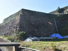 いきなり石垣が???まさか城??  オートキャンプ場でした。休日のためテントが数張・・・・。