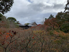 歩いて東福寺の方へ。  生活道路、臥雲橋からみた通天橋。 ピークには燃えるように真っ赤な紅葉で埋め尽くされるそう。