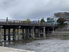 パフェにアイスが入っていたので少し寒くなってしまった。 三条大橋。ちょっと天気が悪いのでよけい寒々した感じ(;'∀')。  ここは東海道五十三次、西の起点。