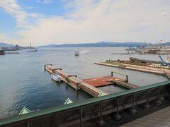 食後は呉中央桟橋ターミナルへ。  宮島には当初、広島港経由で行こうと考えてました。 でもチケット売り場の方に、 「今日は祝日で宮島直行便ありますよ」 と直行便をすすめられました。  うーん、どうしよう。 広島港も見てみたかったんだけど。 でも時間に余裕ができる分「呉艦船めぐり」ができるなぁ。 よし、今回は直行便に乗ろう。  ということで、 宮島行く前に艦船めぐりをすることにしました。 艦船巡りの受付で手続きをして時間まで待ちます。  時間まではターミナルの上にある展望デッキに行くなどしてました。