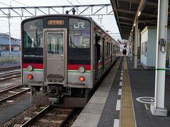 6時50分に丸亀駅を出発。 そして、二つ先の多度津駅で、7時4分発の予讃線の伊予西条行普通列車に乗り換えた。 平日と言うことで、車内は学生たちで混んでいた。