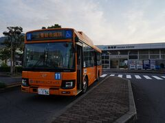 多度津駅から10分で詫間駅に到着。 駅前から、三豊市のコミュニティバスに乗り換える。 目指す仁尾へ向かうのは、7時20分発の仁尾線の三豊総合病院行。 蜜柑色のバスは、駅から西へと走り、20分足らずで仁尾南バス停に到着した。