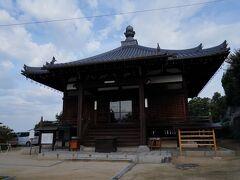 本堂は、一番高い所に建っていた。 ここが仁尾城の本丸かと思ったが、城跡は背後の八紘山も含むらしい。 と言うことは、ここは郭のひとつであろう。 土佐の長曾我部元親が讃岐に侵攻した天正7年(1579)に仁尾城は落城し、城主細川頼弘は討ち死にしたそうだ。